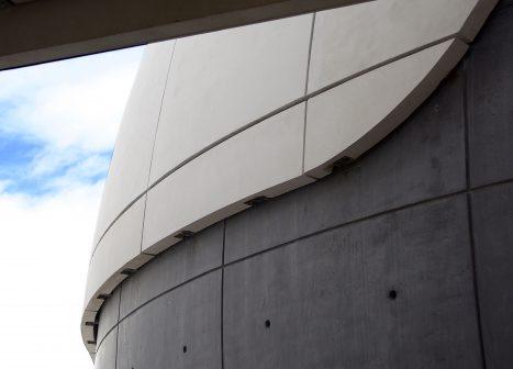 El diseño arquitectónico del planetario crea una interesante mezcla de curvas y líneas rectas.