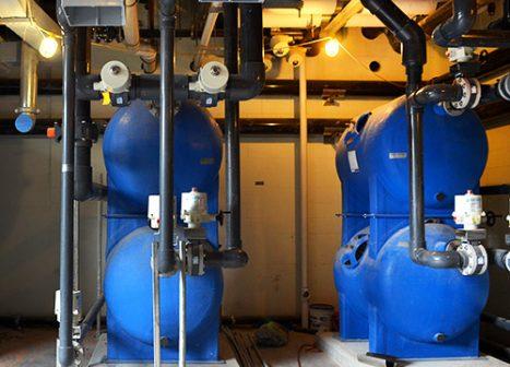 Grandes bombas azules operan en el interior del museo.