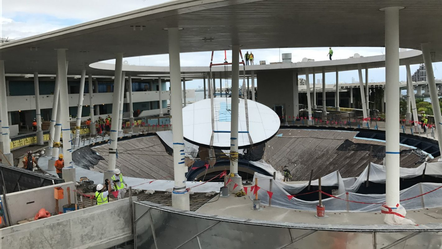 Oculus being placed in Gulf Stream Aquarium at Frost Science
